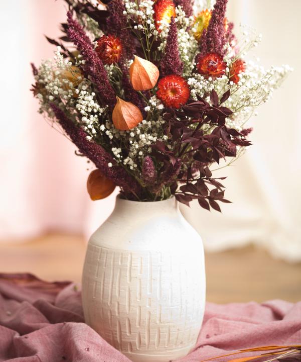 Detail Ručne točenej hlinenej vázy Heaven s nekonečnou kyticou Red Love