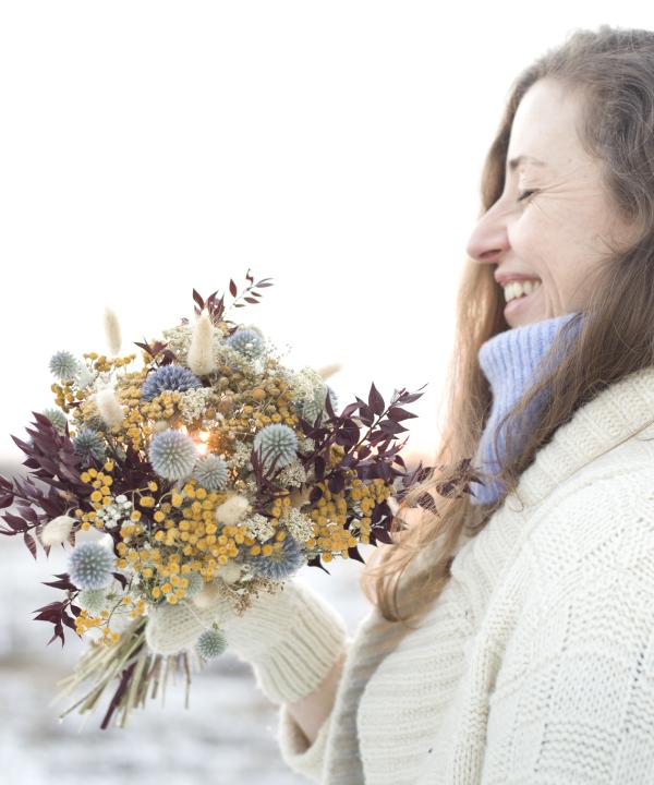 Kytica zo sušených kvetov Blue Monday a žena