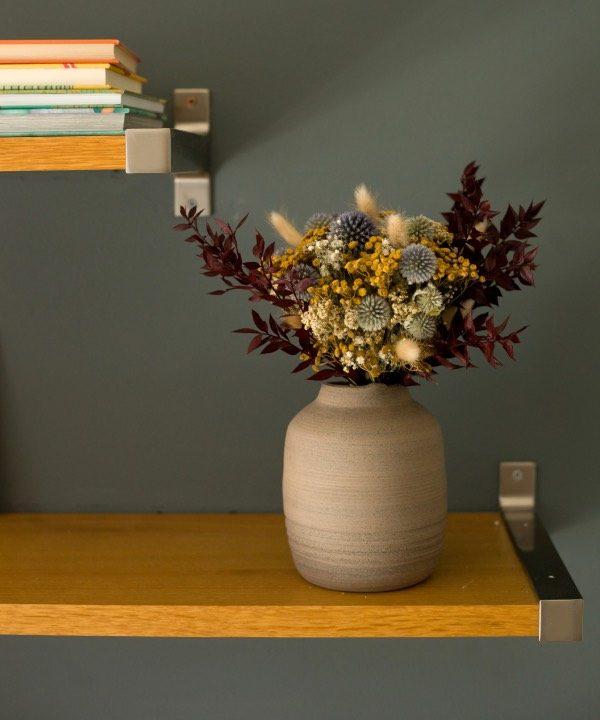 Ručne robená váza Grey s kyticou zo sušených kvetov v iteriéri