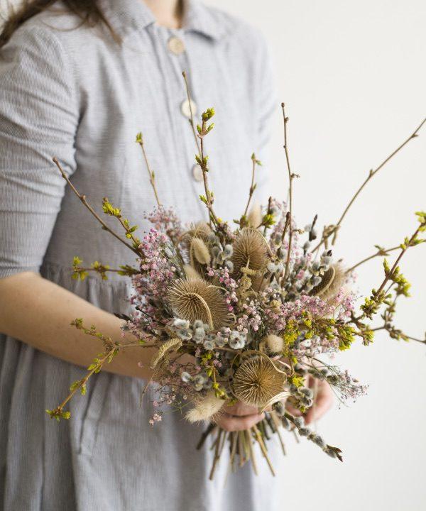 Kytica zo sušených kvetov Welcome Spring v ruke