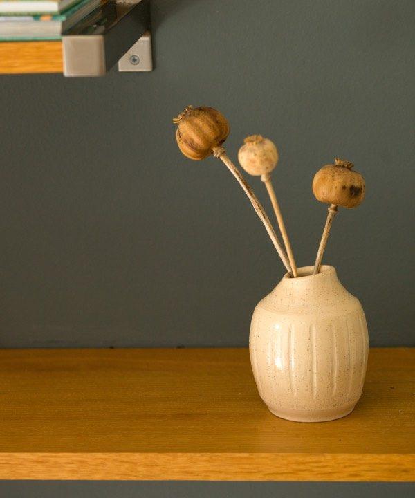 Ručne robená kameninová váza Joy so sušnými makovicami