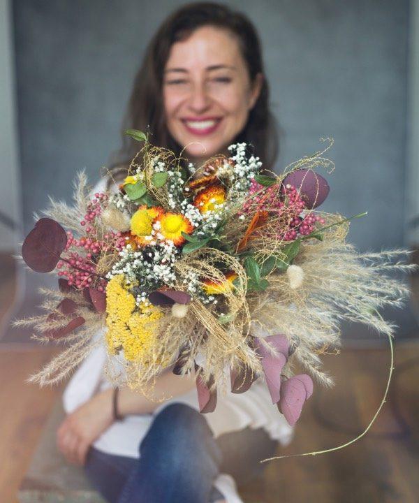 Kytica zo sušených kvetov Madam Pampa v náručí šťastného dievčaťa