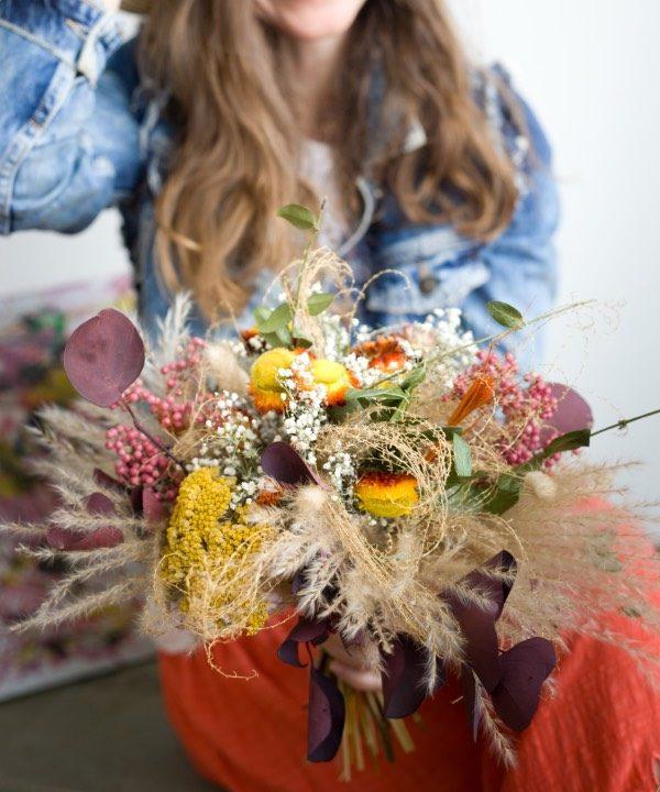 pampová tráva v kytici zo sušených kvetov Madam Pampa