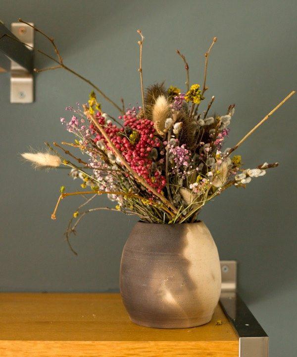 Handmade hlinená váza Smoke s kyticou s kyticou zo sušencýh kvetov