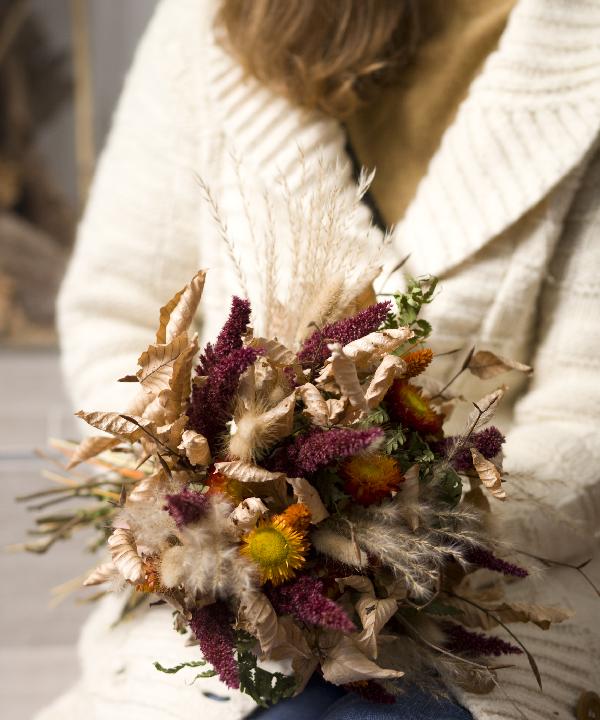 Kytica zo sušených kvetov Summer Memories v ruke ženy