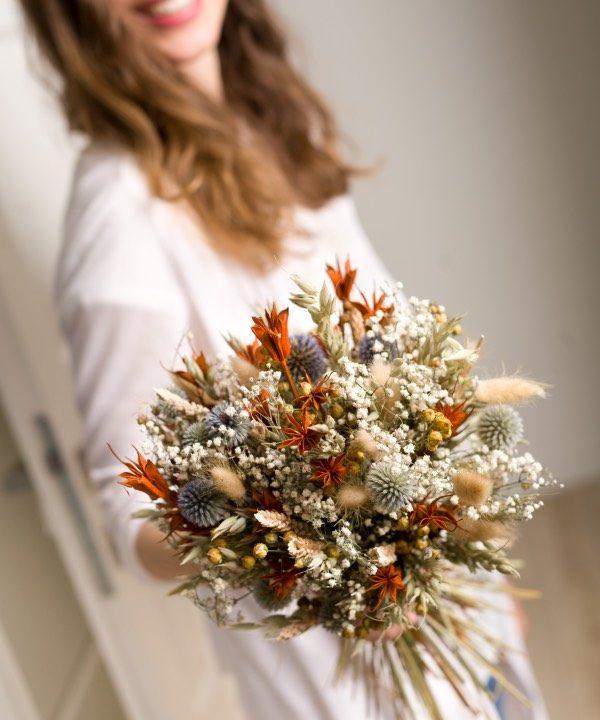 Kytica zo sušených kvetov Fields Forever v náručí ženy