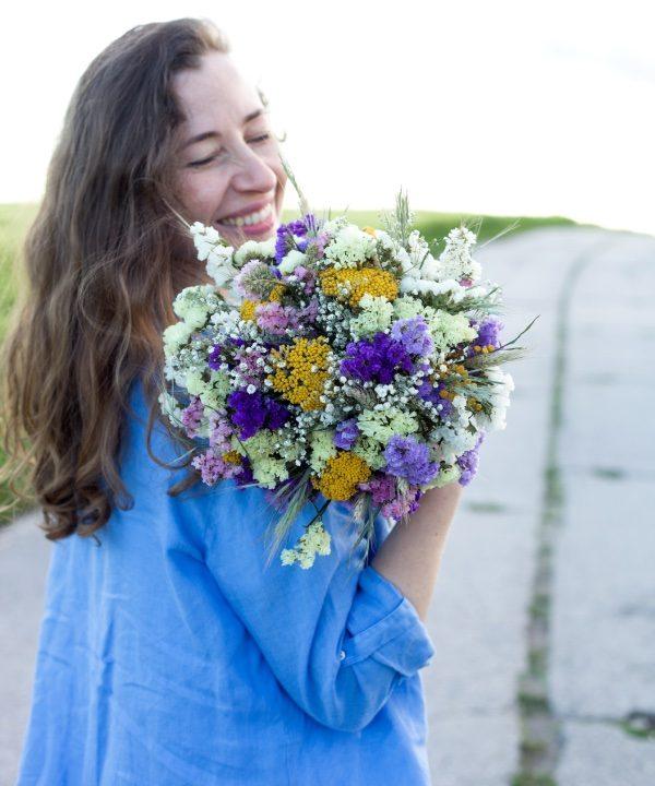 Nekonečná kytica zo sušených kvetov Be Happy a štťastná žena