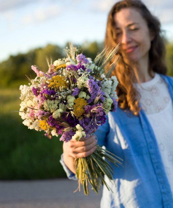 Nekonečná kytica zo sušených kvetov Be Happy v rukách ženy
