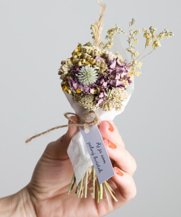 Malá netradičná kytička zo sušených kvetov.